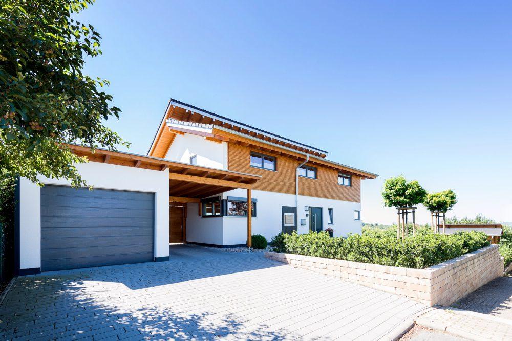 Holzhaus mit versetztem Pultdach mit Garage
