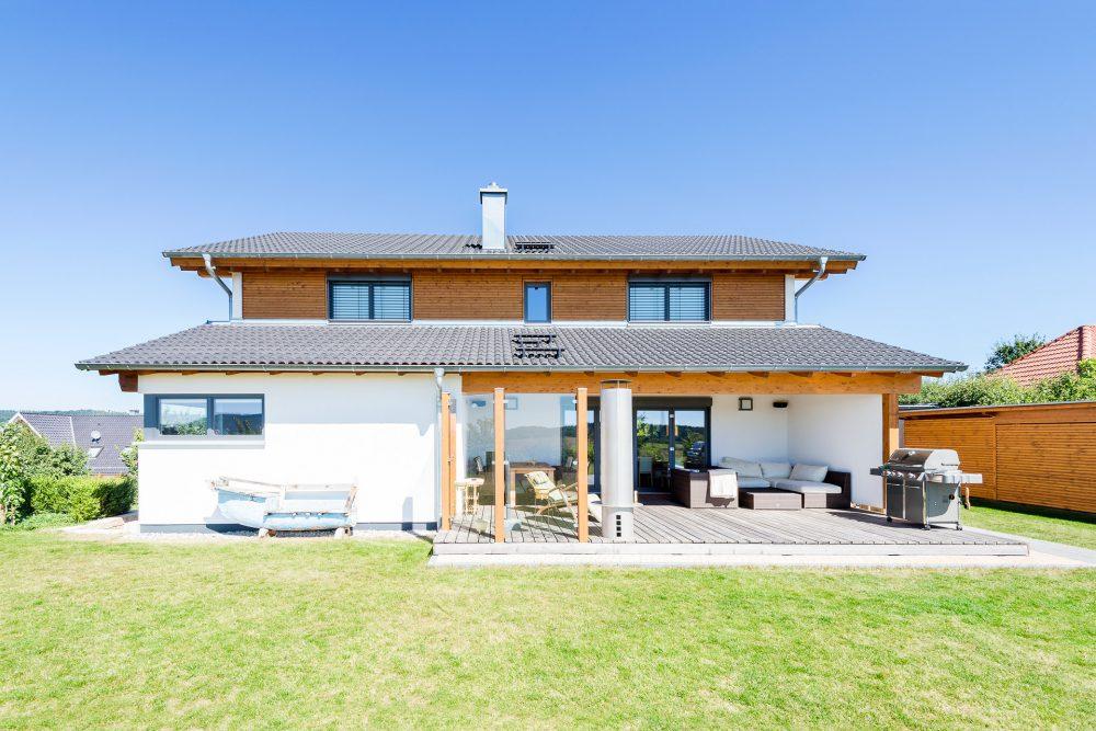Holzhaus mit versetztem Pultdach