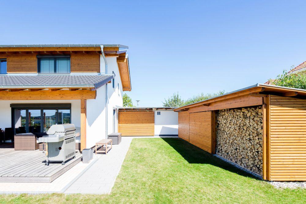 Holzhaus mit versetztem Pultdach Außenanlage