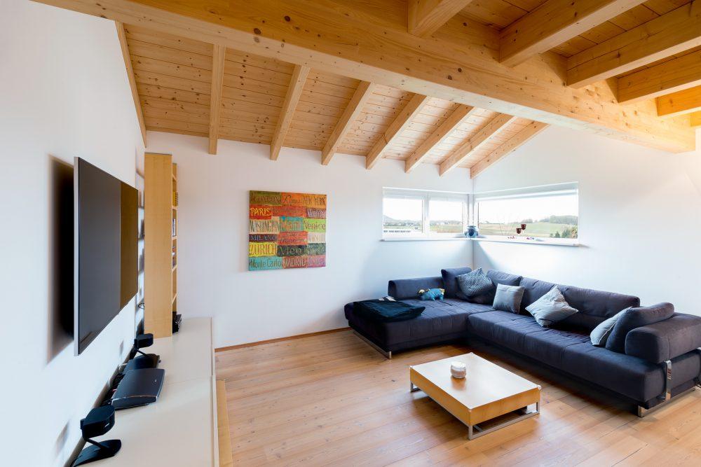 Wohnzimmer mit offener Holzdecke