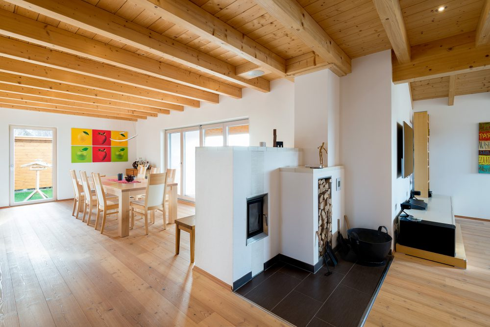Holzhaus von innen mit Kamin