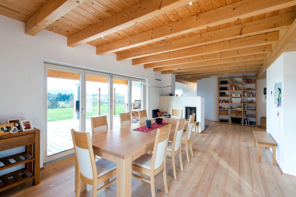 Esszimmer im Holzhaus mit Holzdecke