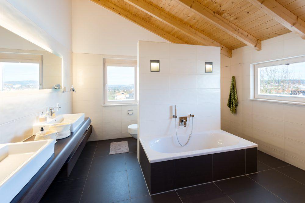 Luxus Badezimmer mit hoher Decke