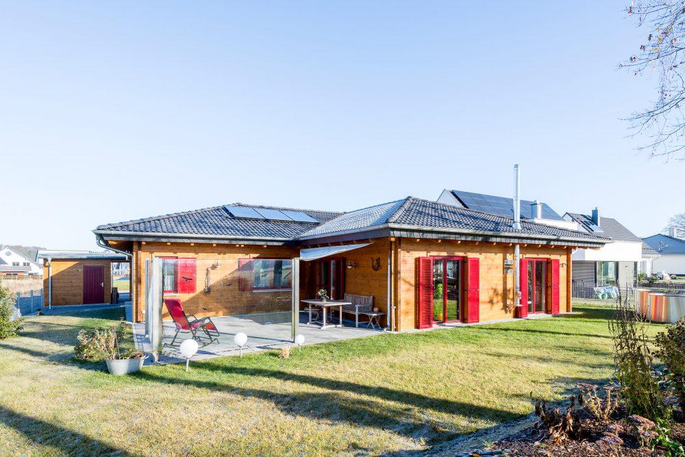 Holzhaus Bungalow mit roten Fenstern