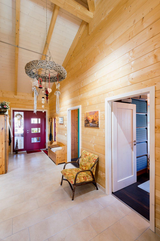 Holzhaus Flur mit hoher Decke