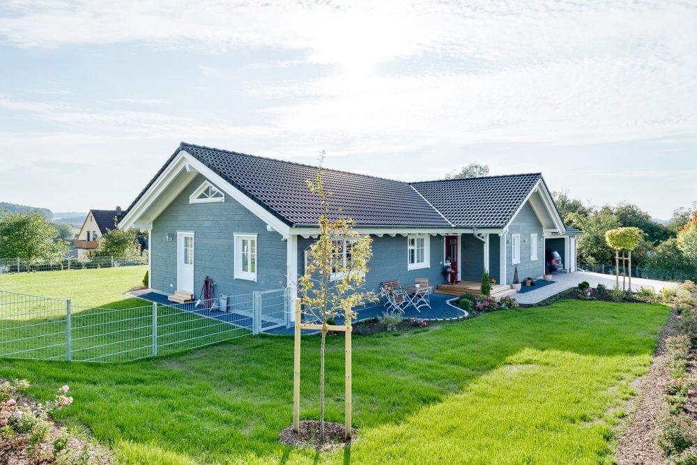 graues Holzhaus mit Garten