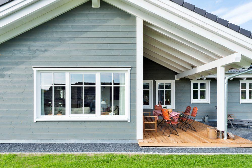 Holzhaus mit großer Terrasse