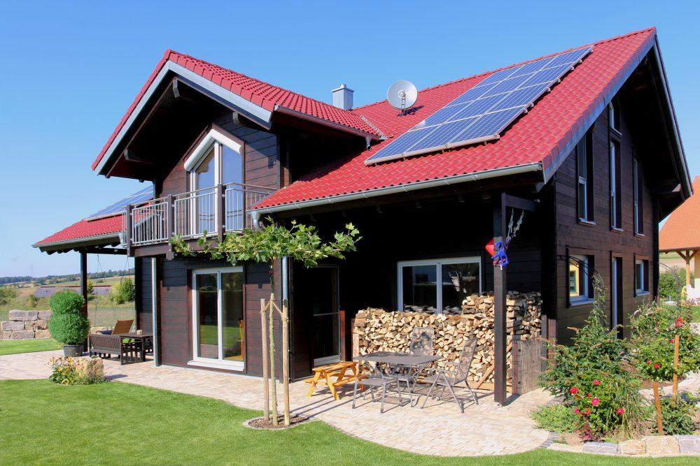 modernes Blockhaus mit Solar