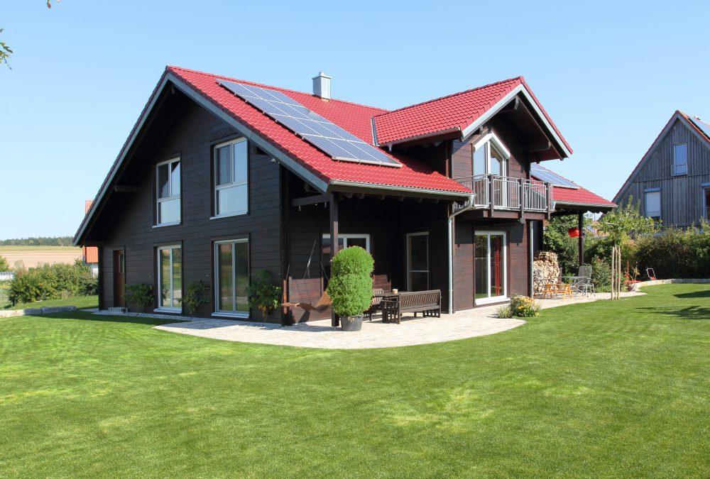 Blockhaus mit brauner glatter Fassade