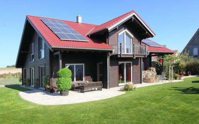 modernes Blockhaus mit dunkler Fassade