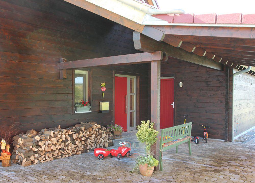 Blockhaus mit roter Eingangstür