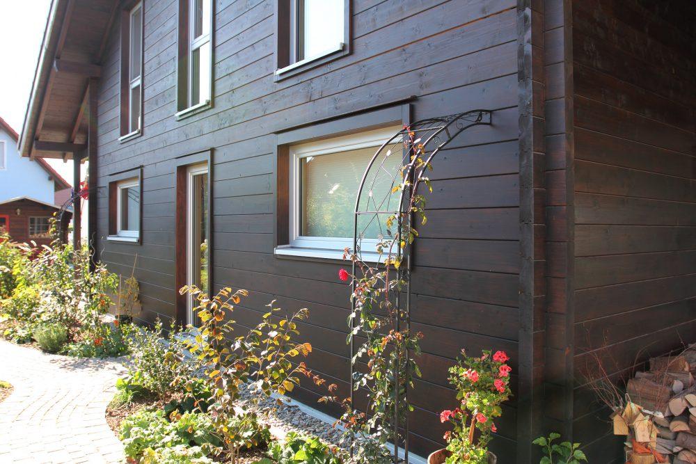 braune Fassade eines Blockhauses