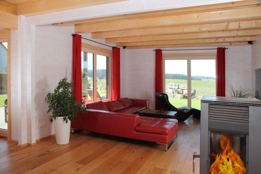 Holzhaus von innen mit hellen Balken