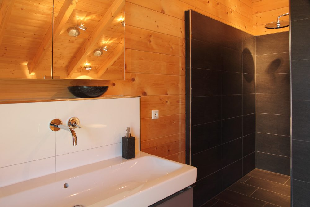 modernes Badezimmer im Holzhaus