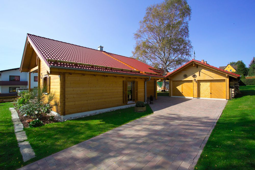 Holzhaus mit Holzgarage